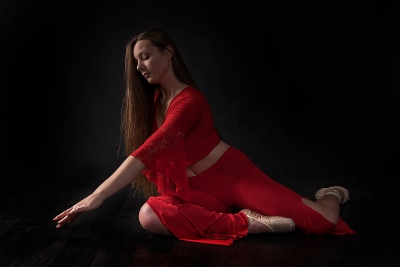 Tänzerin im roten gewand; dancer in red dress