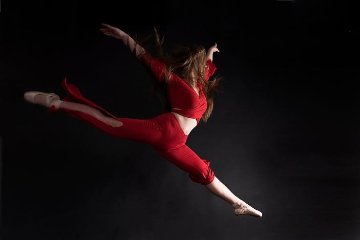 Tänzerin im sprung in roten gewand; dancer jumping in red dress