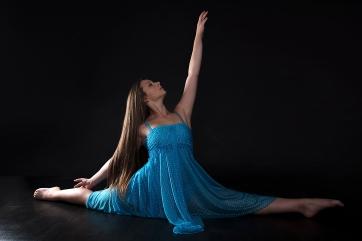Tänzerin im spagat in blauem Kleid; dancer balancing act in blue dress