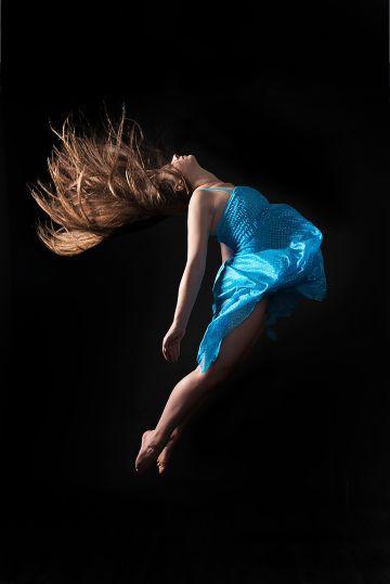 Tänzerin im sprung in blauem Kleid; dancer jumping in blue dress
