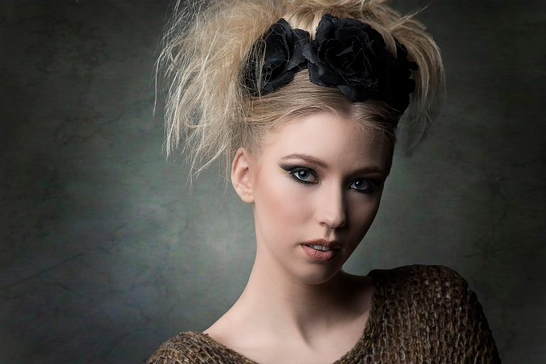 blonde frau mit schwarzen blumen in den Haaren