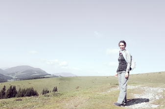 Frau beim Bergsteigen; woman on the mountain