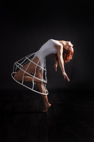 Tänzerin mit weißem body in Bewegung; dancer in movement with white cloth