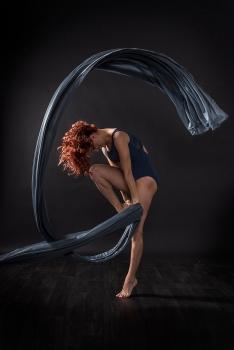 Tänzerin mit blauem Tuch in Bewegung; dancer in movement with blue cloth
