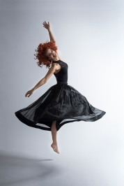 Tänzerin mit schwarzem Kleid im Sprung; dancer with black dress jumping