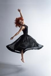 Tänzerin mit schwarzem Kleid im Sprung; dancer with black dress jumping