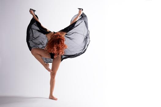 Tänzerin mit schwarzen Tuch in Bewegung; dancer in movement with black cloth