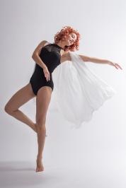 Tänzerin mit weißem tuch in Bewegung; dancer in movement with white cloth