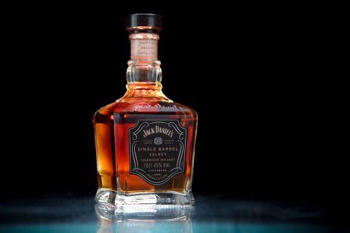 whiskey-flasche-schwarz-hintergrund-#bottle